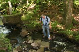 Daniel beim Überqueren des Baches - eigentlich gibt es eine Brücke