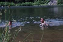 Doch plötzlich kommt eine fremde Frau ins Wasser... schaut Evitas Blick an ;-)
