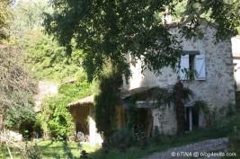Das Wohnhaus der Vermieter, dahinter die alte Mühle