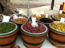 Wenn ich hierauf blicke, muss ich an die leckeren Oliven denken - hmmm... in Knoblauch eingelegt!