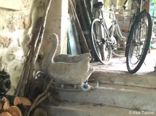 ... und daneben zwischen Fahrrädern & Co die Schaukelente!
