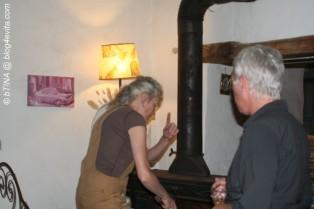 Marie-Sophie heizt das Kamin im Salon an.
