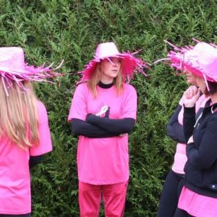 ... avec des chapeaux pink...