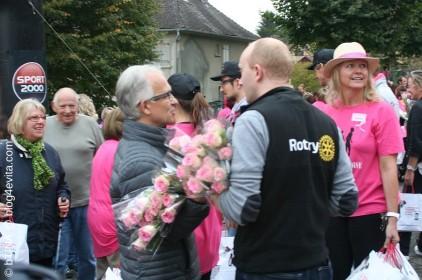 Der Rotry-Club spendiert jeder TeilnehmerIn eine rosarote Rose!