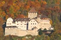 Das Schloss umrandet von gold-orangenem Wald
