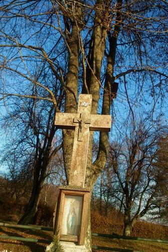 Eines der vielen Kruzifixe, die den Wegrand im Elsaß säumen