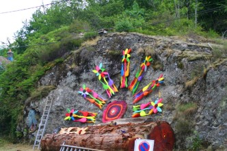 Bunt geschmückte Felswand