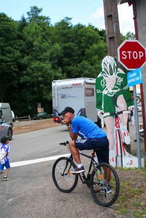 Cycliste beobachtet das bunte Treiben