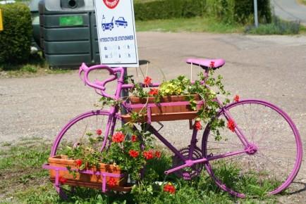 Pink gespritztes und mit Blumen gschmücktes Rennvélo