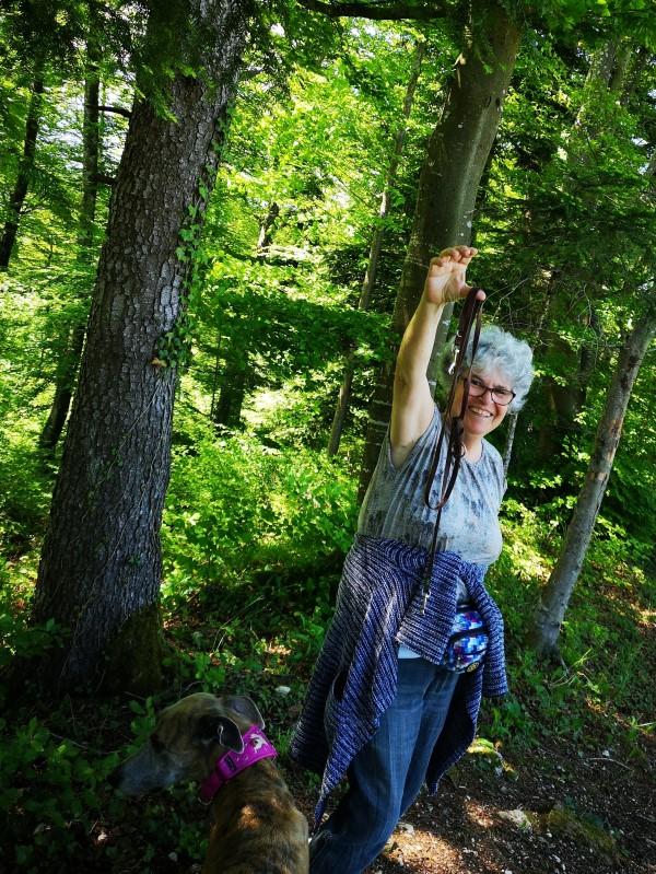 Da!!! Tatsächlich - sie liegt auf dem Waldpfad 😂