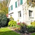 Ma Maison des Lys - Herbstgarten mit Pampasgras und dunkelroten Astern.