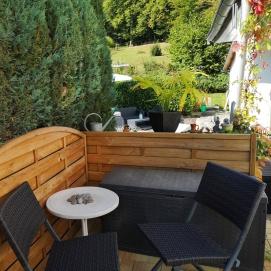 Terrasse: Eine gemütliche Ecke mit Blick in Richtung Norden auf unseren Bootssteg.